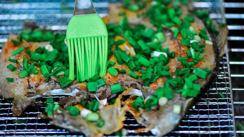 烤鱼,在葱上抹点油。