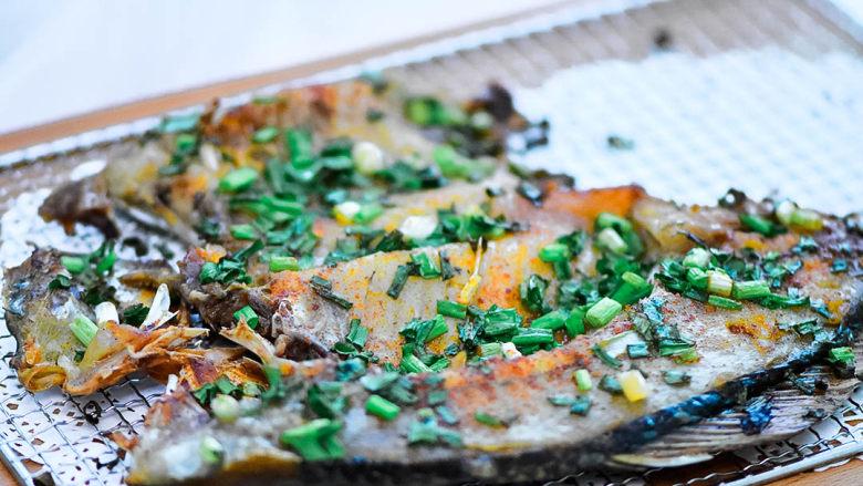 烤鱼,烤好的鱼,散发着葱香。