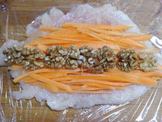 胡萝卜核桃鸡肉卷,然后把核桃仁摆在中间