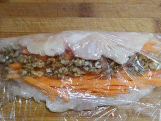 胡萝卜核桃鸡肉卷,翻过来,利用保鲜膜卷起来