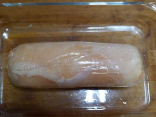 胡萝卜核桃鸡肉卷,收紧放进容器里