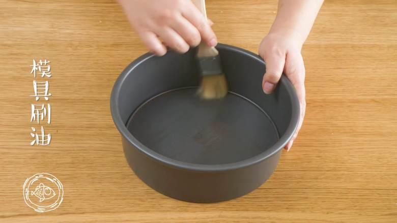12m+宝宝蒸蛋糕(宝宝辅食),模具刷油,我这个是8寸的蛋糕模具,你们可以用不锈钢盘,只要蒸锅能放下就行,玻璃的就别放了,亲测会炸~