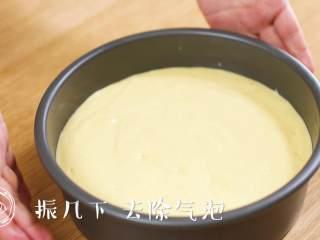 12m+宝宝蒸蛋糕(宝宝辅食),装好之后,振几下,去除气泡~