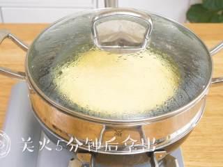 12m+宝宝蒸蛋糕(宝宝辅食),关火后5分钟拿出~ tips:很重要哦,再说一遍关火后不能立即打开锅盖,否则蛋糕容易受冷收缩~