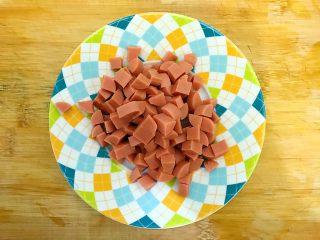 剩米饭and剩馒头也有春天🌿(蒜香火腿肠馒丁炒饭),火腿肠如图所示,切成小块,备用