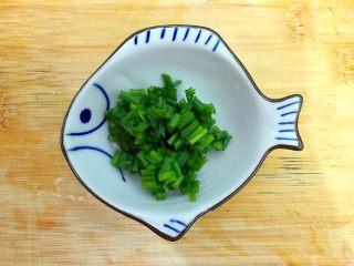 剩米饭and剩馒头也有春天🌿(蒜香火腿肠馒丁炒饭),小葱洗净,切圈,备用