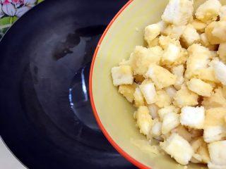 剩米饭and剩馒头也有春天🌿(蒜香火腿肠馒丁炒饭),油六七分热的时候入馒头丁