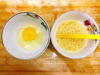 剩米饭and剩馒头也有春天🌿(蒜香火腿肠馒丁炒饭),鸡蛋磕入碗内,一个打散,一个不用打散,备用