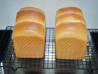 吐司面包,放入预热好180度的烤箱中下层,烤40分钟,烤好立即脱模,晾凉后切片保存,