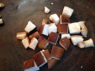 路边小吃自己做―鸡蛋干烤蔬菜串,香菇切丁