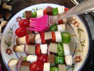 路边小吃自己做―鸡蛋干烤蔬菜串,在表面刷少许食用油