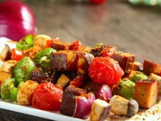 路边小吃自己做―鸡蛋干烤蔬菜串,出炉的时候撒黑胡椒碎、孜然粉即可食用