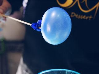 吉丁水晶球—可以吃的水晶球,将浸入吉利丁液的气球取出,然后尽量将多余的吉利丁液滴入量杯,在气球上形成薄薄的一层即可。