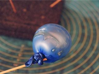 吉丁水晶球—可以吃的水晶球,12-14步以此重复8-10次,保证气球上形成一个吉利丁壳。然后等待,常温晾制至少10小时以上。北方有暖气要快一些,南方湿度大会略慢,以气球表面的吉利丁壳完全干燥为标准。
