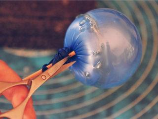 吉丁水晶球—可以吃的水晶球,用小剪刀将气球底部戳一个小洞,开始放气。