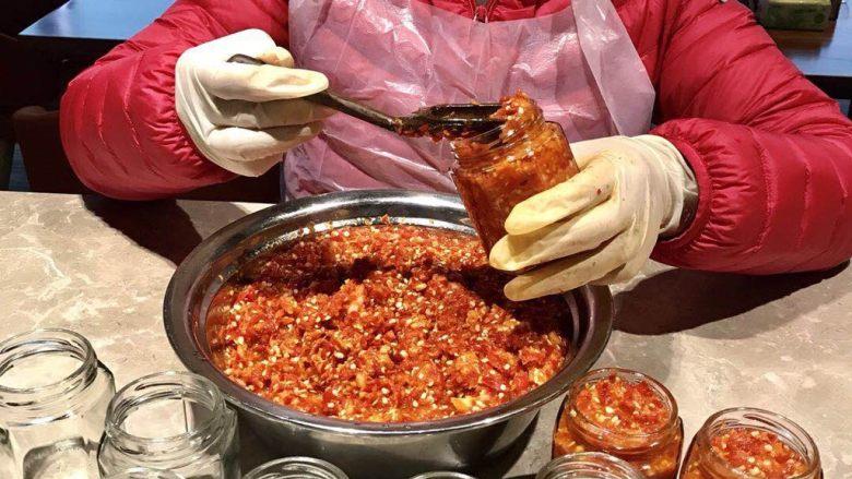 蒜蓉辣椒酱,腌制一周才能装瓶。