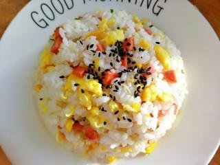 早餐-鸡蛋火腿炒饭,最后撒点黑芝麻点缀