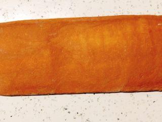 美味脏脏包,取出冷藏的面片继续擀开擀长。