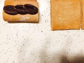 美味脏脏包,或者像这样把馅分两份,一份放在底部,先卷一下压紧,再放另一半往上卷。