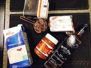 美味脏脏包,晾包的过程中制作巧克力榛子酱淋面,隔水融化法芙娜巧克力币(水温不要超过60度)微波加热淡奶油,降温到和巧克力温度一致时,混合两者,再加入黄油和榛子酱一起混合均匀。