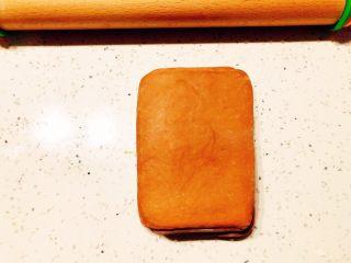 美味脏脏包,折好的面片盖保鲜膜继续放入冰箱冷藏30分钟。