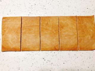 美味脏脏包,按你需要的长度平均分割,长于宽的比例为2:1,这里用的是每份8cmx16cmcm。(可以按照需要调整尺)