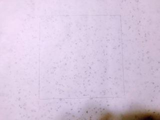 美味脏脏包,准备油纸,用可食用铅笔画正方形方块,没有特别要求,类似正方形就可以,图上画的是17x17cm