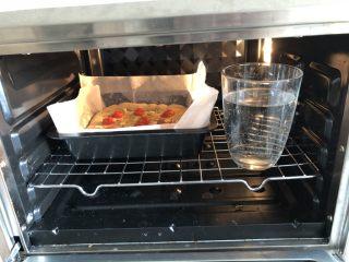 小番茄佛卡夏,放烤箱发酵,烤箱内放一杯清水保持湿度,进行第二次发酵,发酵30-40分钟