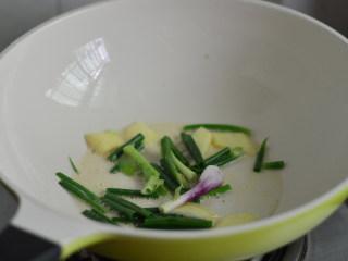 煎焖黄脚立,锅里重新放油,爆香姜蒜