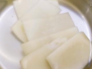 江南名小吃~炸年糕,年糕用热水煮两分钟