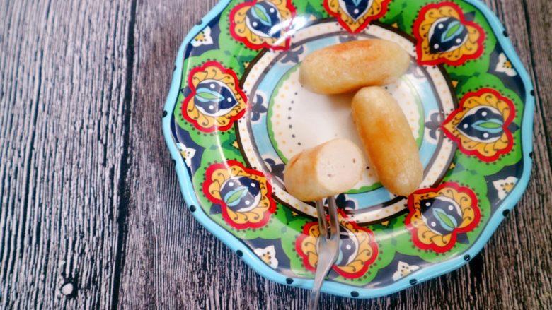 自制脆皮肠(宝宝版),可以油煎也可以用烤箱烤还可以切块放面条里煮,放粥里吃,总之很多吃法