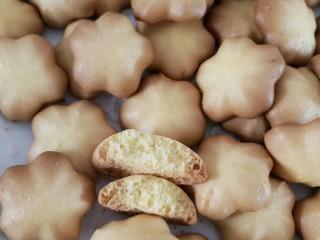 樱花🌸蛋黄小饼干,看看饼干内部组织 松脆香甜 哪个宝宝可以抗拒呢😄 饼干做好放在密封盒子或者袋子里常温保存20天内吃完哦