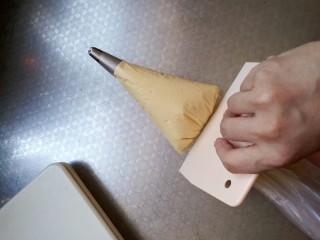 樱花🌸蛋黄小饼干,这里要用一个刮板将面糊推向花嘴 不要用手去推挤 这样手温会使蛋黄消泡