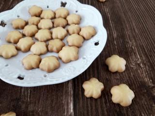 樱花🌸蛋黄小饼干,用低筋面粉做出来成品花纹不是很清晰  但是也非常可爱的