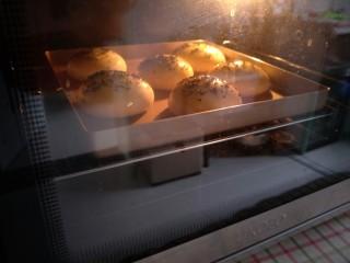 中种法汉堡胚,预热烤箱,上火180度下火165度18分钟