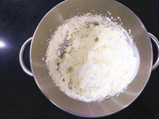 旋转木马奶油泡芙,将淡奶油和糖粉放入干净盆中用打蛋器打至少8.9成。