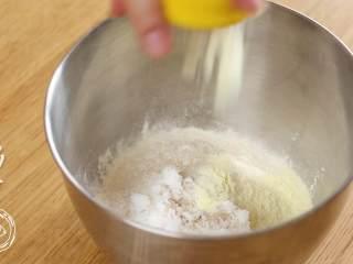 12m+原味吐司(宝宝辅食),首先,高筋面粉、细砂糖、盐、酵母、奶粉、全蛋液、水全部加入盆中,先用筷子搅拌均匀~