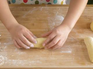 12m+原味吐司(宝宝辅食),将每一个面团都擀成长条,卷起来,盖上保鲜膜再醒10分钟~