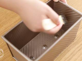 12m+原味吐司(宝宝辅食),土司盒上抹油,这样比较好脱模(我这个吐司模是450g的量)~