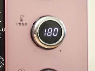 12m+原味吐司(宝宝辅食),吐司放入烤箱中,上下火180度,烤30分钟~