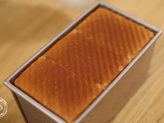 12m+原味吐司(宝宝辅食),烤好后,放在架子上晾凉,脱模的时候从侧面轻轻滑出即可~