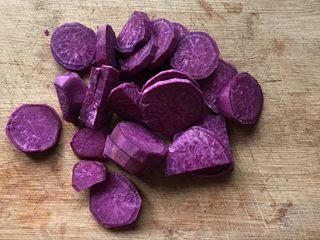 香蕉紫薯吐司卷,切成薄片