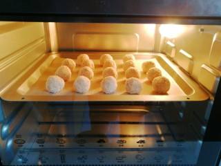 燕麦椰蓉球,放入预热好的烤箱中层上下火150度烤约30分钟即好;