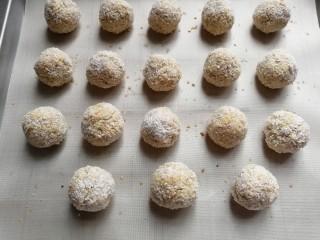 燕麦椰蓉球,烤好的燕麦椰蓉球出炉晾凉密封保存。