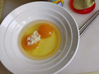 鸡蛋尖椒饼,鸡蛋打在碗里,加入少许鸡精,搅拌均匀