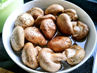 花菇炖鸡汤🐔,花菇洗干净泡水!把脏东西泡出来!