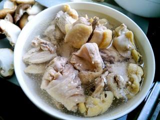 花菇炖鸡汤🐔,把鸡肉捞出来。洗干净,放冷水里。