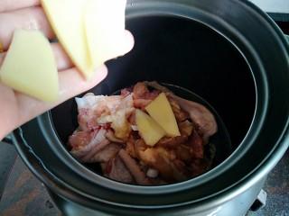 花菇炖鸡汤🐔,把鸡肉🐔跟姜片放进砂锅