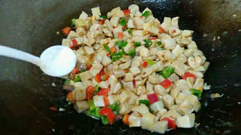 杏鲍菇炒鸡丁,翻炒均匀后,放少许盐翻炒。