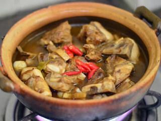 胡萝卜羊肉煲,转入砂锅中,加入小米辣,大火烧开,小锅煲50分钟
